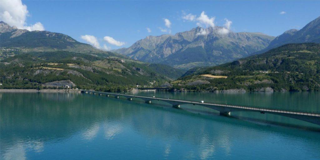 le pont sur le lac de Serre-Ponçon à Savines-le-Lac