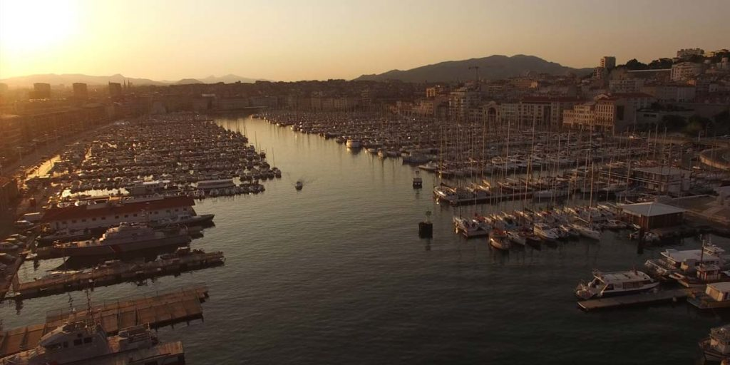 vue drone du vieux port de Marseille au soleil couchant