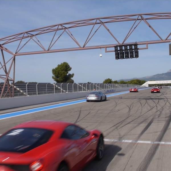 course de voitures sur un circuit automoble