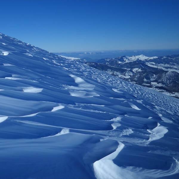 la neige blanche aux reflets bleus d'un glacier des Hautes-Alpes