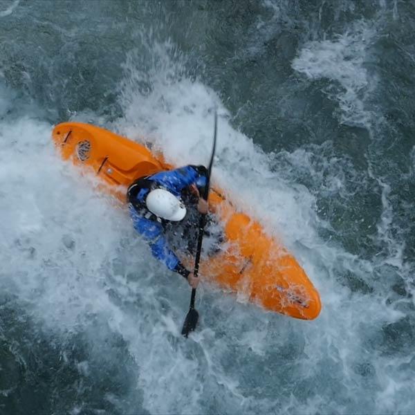 plan drone de dessus d'un kayakiste en eaux mouvementées des Hautes-Alpes