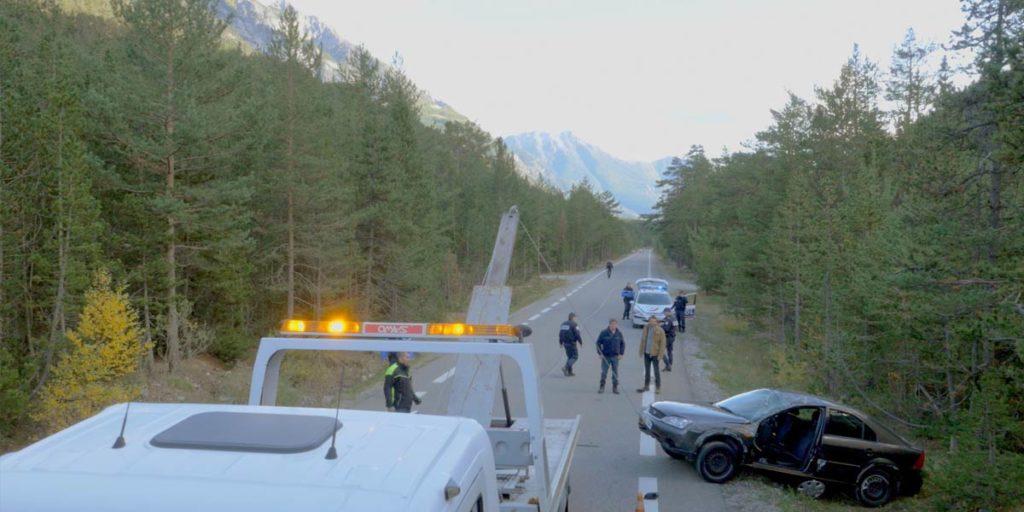 plan drone d'un dépannage de voiture pour une fiction de France tv studio