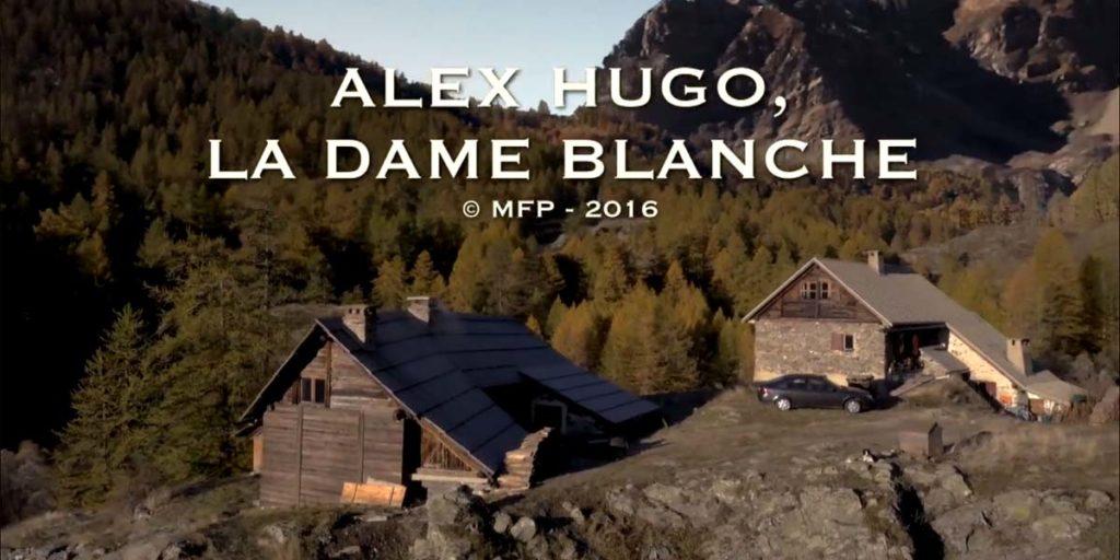 vue aérienne de chalets de montagne pour l'écran titre de l'épisode La dame blanche de la série Alex Hugo