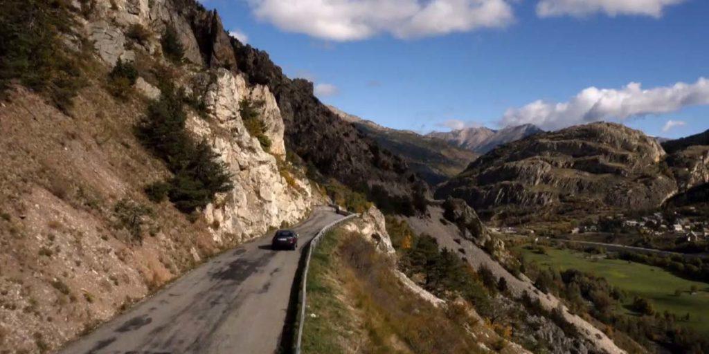 une voiture sur les routes montagneuses de la vallée de la Clarée pour la série Alex Hugo