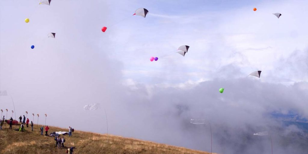 de nombreux cerf-volants dans le ciel au dessus de la corniche de Céüse