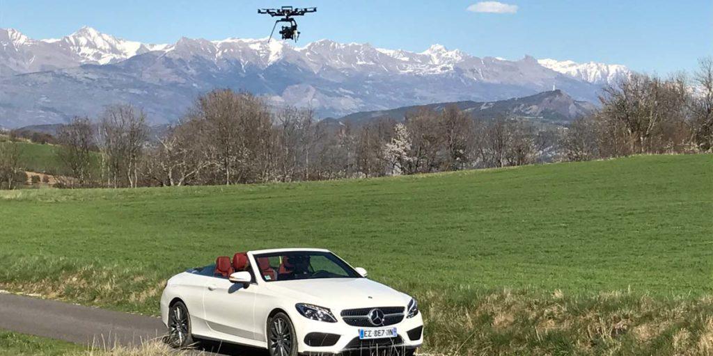 un drone Alta 6 Freefly survole la Mercedes Benz classe C cabriolet blanche
