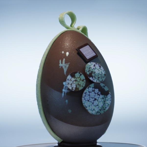 œuf de Pâques Luc Eyriey en chocolat avec décorations en chocolat et pâte d'amande