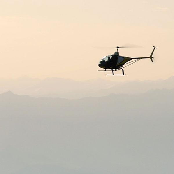 un hélicoptère dans le ciel des Hautes-Alpes