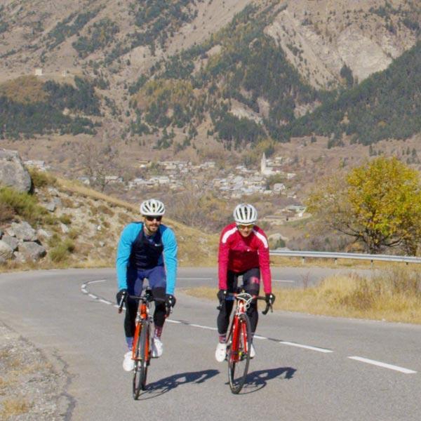 deux personnes font du vélo de route en montagne avec des vélo Lapierre