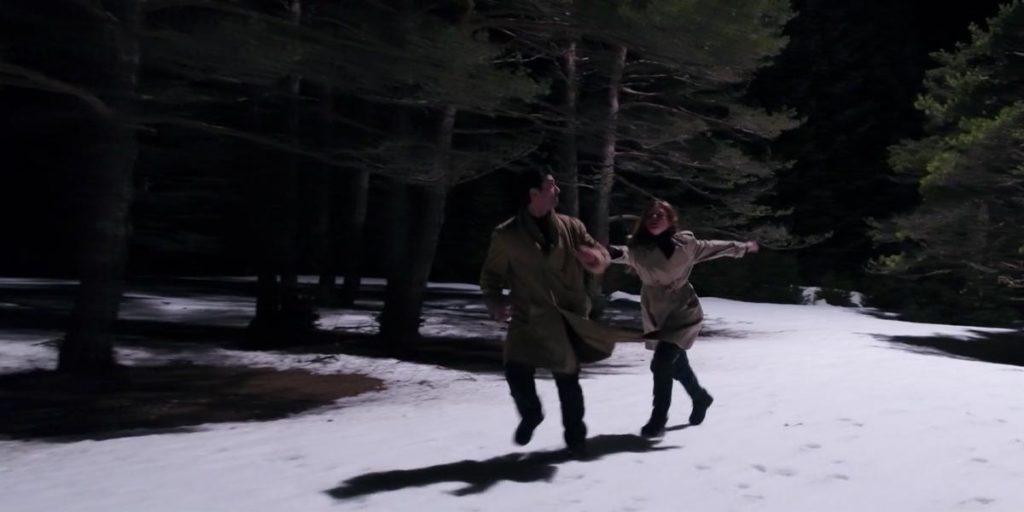 l'amant de Ginger l'aide à courir dans la forêt enneigée la nuit
