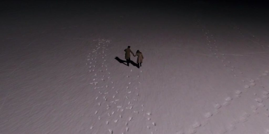 Ginger et son amant courent dans la neige la nuit