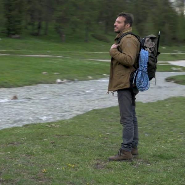 Tournage d'Alex Hugo, ici joué par l'acteur Samuel Le Bihan, qui part en randonnée