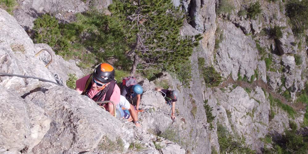 quatre personnes encordées font des l'escalade l'été aux Orres