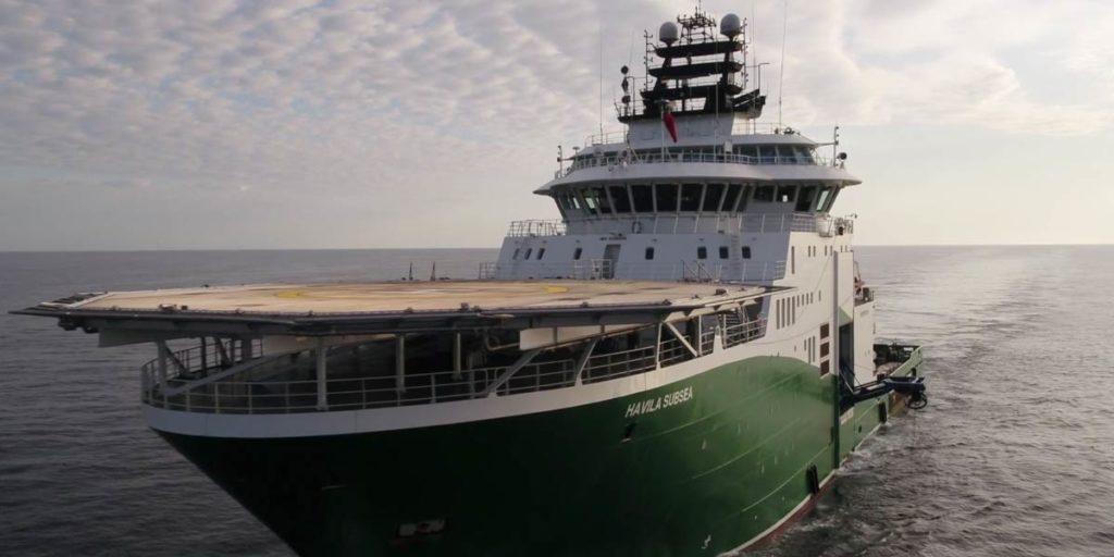 un bateau vert vogue sur la Mer Noire