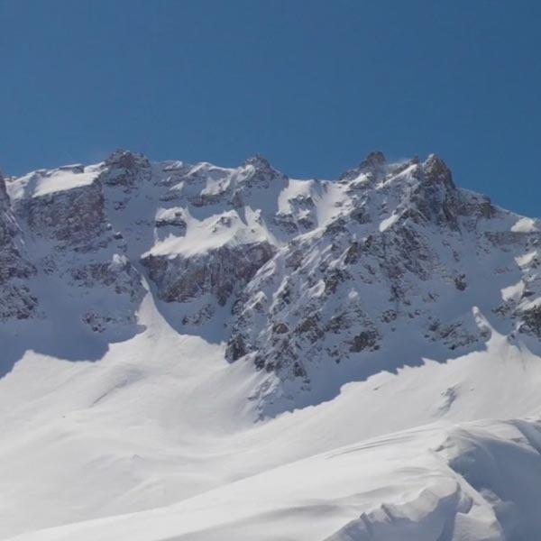 une chaîne de montagne du Queyras recouverte de neige