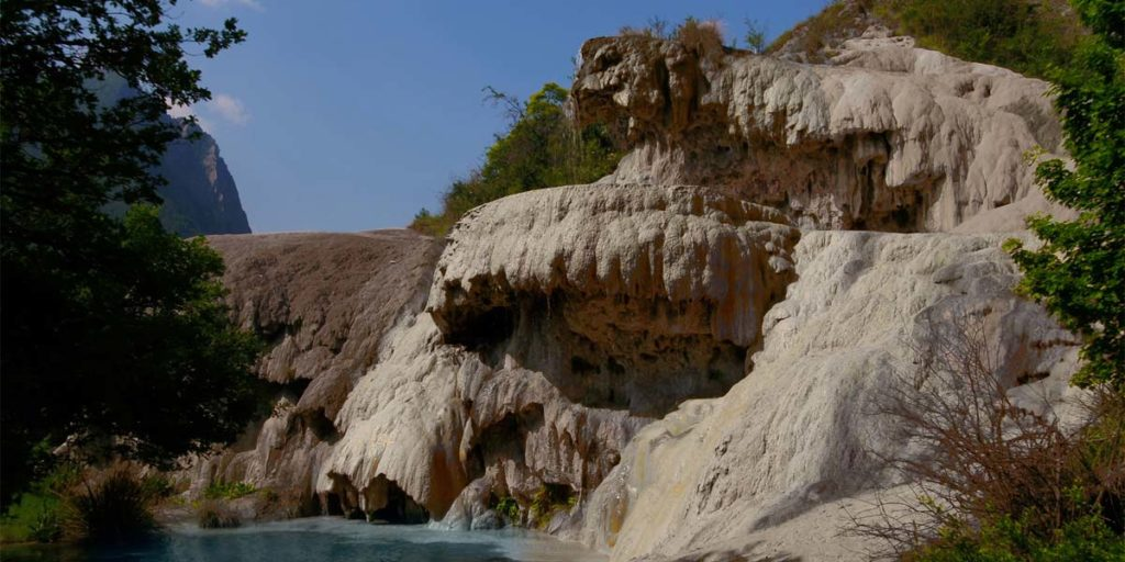 la forme rocheuses particulière de la fontaine pétrifiante de Réotier