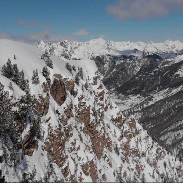 Des montagnes et des forêts enneigées en hiver dans le Queyras