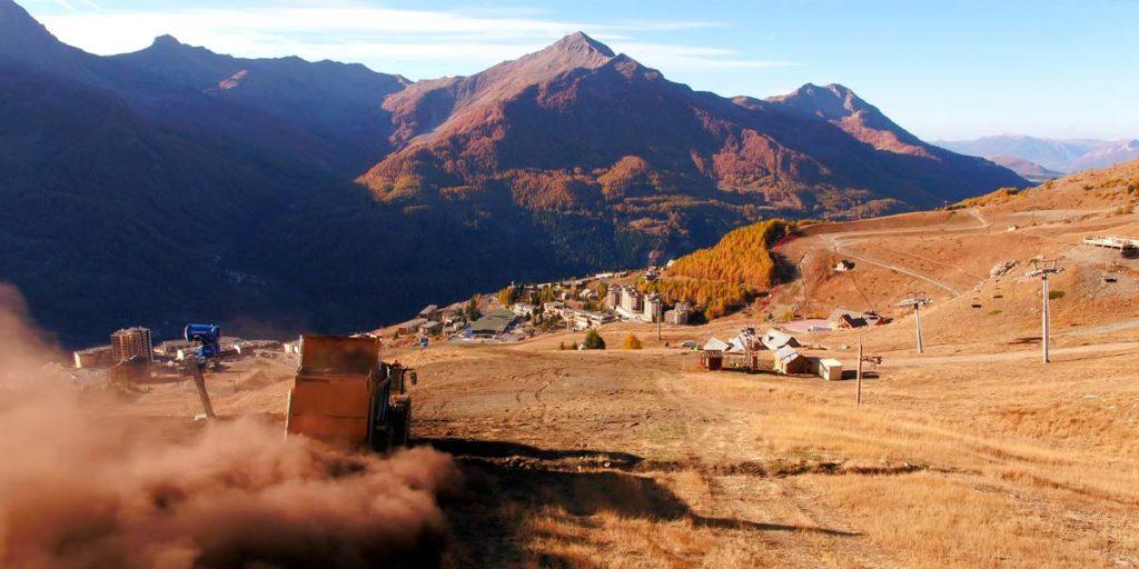 un camion répand un produit Recytec pour reconstituer les sols dégradé d'une station de ski