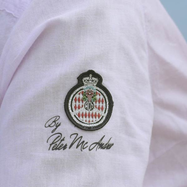 gros plan sur l'écusson de l'automobile club de Monaco par Peter Mac Andrew