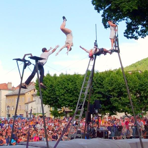 quatre acrobates effectuent des sauts lancés et portés dans les airs