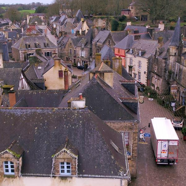 un camion blanc Alpagel effectue une livraison au restaurant d'un petit village de Vendée