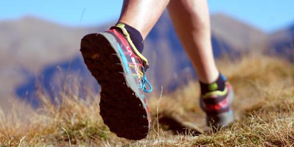 gros plan sur les chaussures d'une personne en train de faire du trail