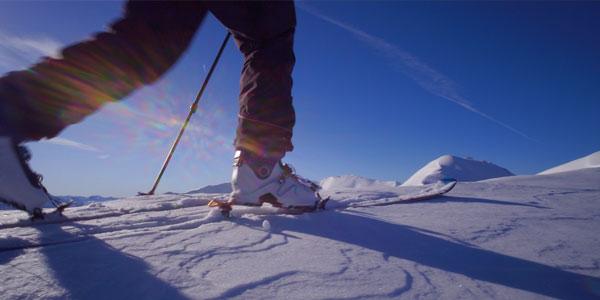 gros plan sur les skis de randonnée d'un des skieur