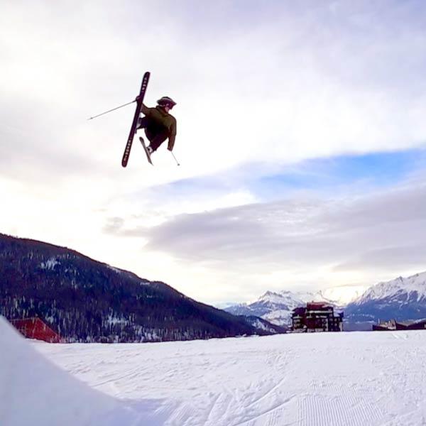 un skieur effectue un saut sur une piste de la station de ski les Orres