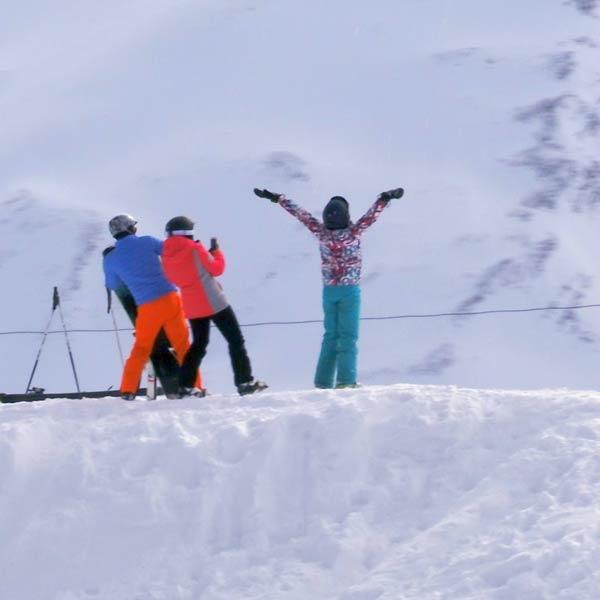 trois jeunes se prennent en photo à la station de ski les Orres