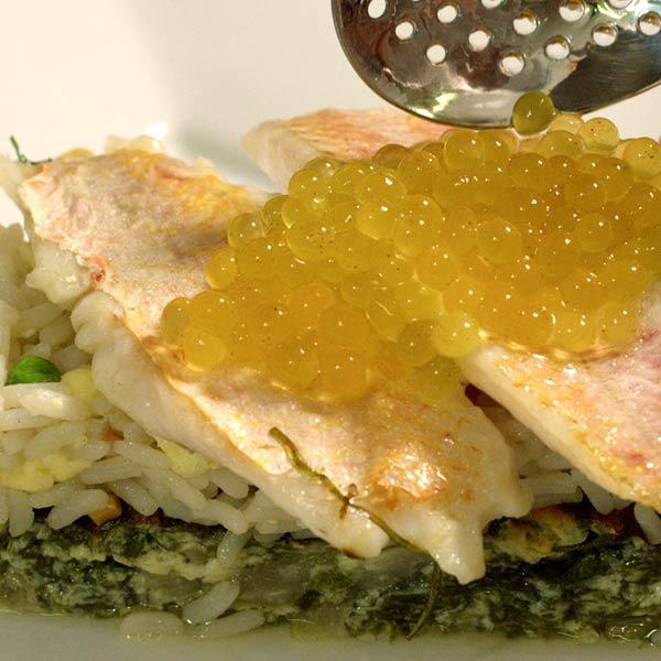 poisson et œufs de poissons posés sur du riz et des légumes au restaurant l'Auberge de la Méouge