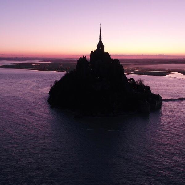 vue aérienne du mont saint Michel à contre-jour au crépuscule
